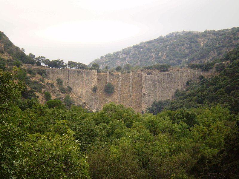 Presa de El Gasco (Foto: Autor Esetena - Wikipedia - bajo licencia Creative Commons)