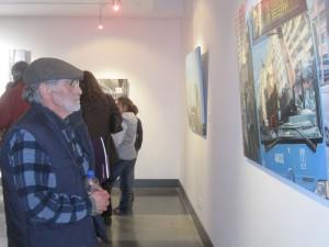 El maestro Pedro Extremera contemplando las obras de su colega