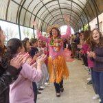 Los niños del Colegio Lourdes, felices de verla tan contenta, hacen un pasillo a Mª Carmen Carrasco