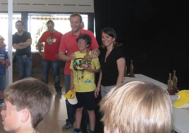 El Concejal de Deportes y Juventud, Carlos Beltrán, entregando trofeos del Torneo de Ajedrez junto a la Alcaldesa de Torrelodone