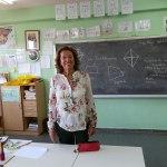 Mª Carmen, a la vuelta del viaje, se fotografía en su clase