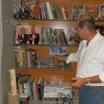 Fernando Ahumada, enseñando su coleccion de Comics
