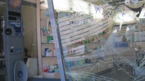 """Puerta de cristal blindado de la Farmacia de la Colonia de Torrelodones """"alunizada"""""""