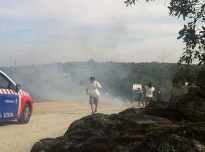 El viernes 7/10/2012, vecinos y Policía Local y Guardia Civil colaboraron para apagar el fuego (Foto: gentileza de Javier Vázquez)