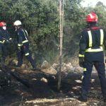 Bomberos apagando el incendio del viernes (Foto: gentileza de Javier Vázquez)