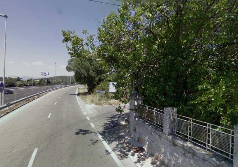 Entrada a la Urbanizacion La Berzosilla desde la vía de servicio de la A6
