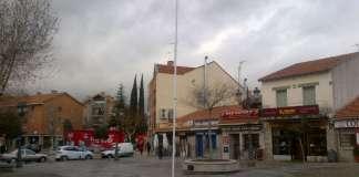 Por el viento, retiran la Bandera de la Plaza de la Constitución de Torrelodones (Foto: gentileza de A.M.A.)