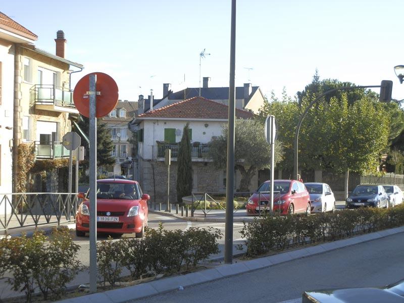 Antiguo semáforo en desuso en cruce peligroso de Torrelodones