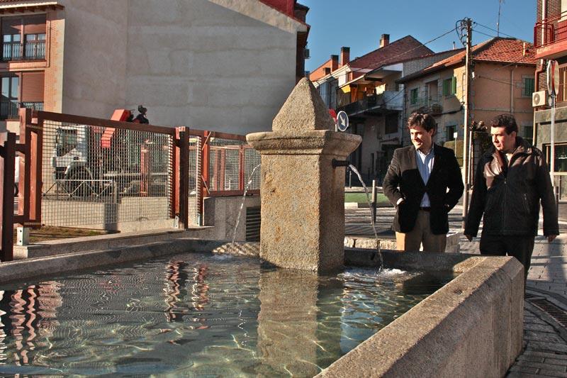 El alcalde junto a la Fuente del Caño de Galapagar
