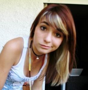 """Imagen de Carmen Loviconi de 15 años - Actualmente tiene el pelo """"cortísimo y rojo"""""""