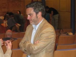 El delegado de UPyD en Torrelodones conversa con una vecina antes de presenciar el Pleno de abril