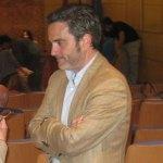 El delegado de UPyD en Torrelodones, conversa con una vecina antes de presenciar el Pleno de abril