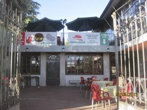 Arriba, la terraza para jóvenes, abajo, el Restaurante Capone de Torrelodones