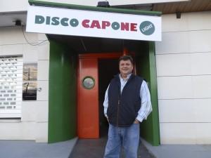 Javier Lerma en la puerta de la Disco Light Capone