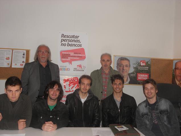 Los integrantes de la nueva Asamblea de IU en Torrelodones junto con el portavoz de Hoyo de Manzanares y un representante de IU regional