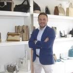 Javier, junto a algunos de los bolsos de Passerelle