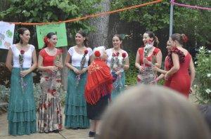 Trini Muñoz, entrega flores a las artistas que visitaron la Residencia Sta. María de los Ángeles