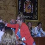 Dolores Gaviño saluda al resto de la Corporación (Foto: gentileza de la Revista Municipal de Torrelodones)