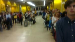 Colas en Moncloa para coger el autobús destino Torrelodones (Foto: tomada con dispositivo móvil sobre las 15:20 h por nuestro colaborador Fernando Villaverde)