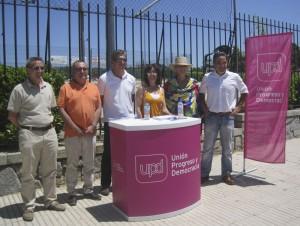 Mesa de UPyD en Torrelodones, en cuclillas, Antonio Checa, delegado en el municipio