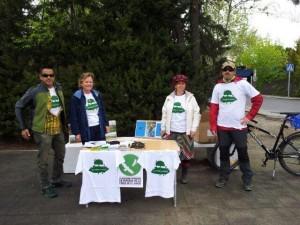 """Plataforma Defensa de la Finca """"El Garzo"""" vendiendo camisetas"""