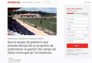 Recogida de firmas de acTÚa para que Vecinos por Torrelodones no externalice la gestión del Campo Municipal de Fútbol