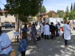 Los ex alumnos de las suspendidas clases de pintura protestaron y pidieron firmas de apoyo