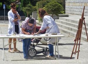 Recogida de firmas en favor de la continuidad de las clases municipales de pintura de Torrelodones el domingo 11-5-14