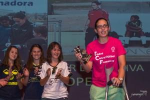 Marta López Moreno, del Torrelodones CF, recibe el premio arropada por sus pupilas del Femenino Sub-16 (Foto: juanangelTC.com)