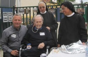 El Padre Gabriel, la Hermana Cristina y la Madre Carolina, junto a D. José Ramón, fundador del Colegio