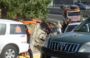 Accidente entre un ciclista y un turismo, en la A-6 junto a la entrada a Las Marías
