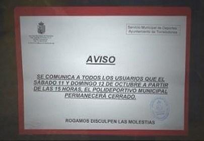 Cartel en la puerta del Polideportivo Municipal de Torrelodones el pasado fin de semana