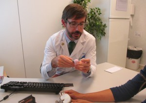 Doctor Alonso Bau, explicando cómo funciona una prótesis de cadera