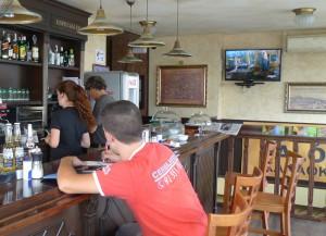 El cerrajero apuntando los trabajos realizados tras el robo a Sociedad Geográfica Café