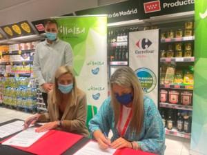 La alcaldesa de Collado Villalba, Mariola Vargas y la directora de Carrefour-Villalba, Nuria Alvárez García firmando el convenio