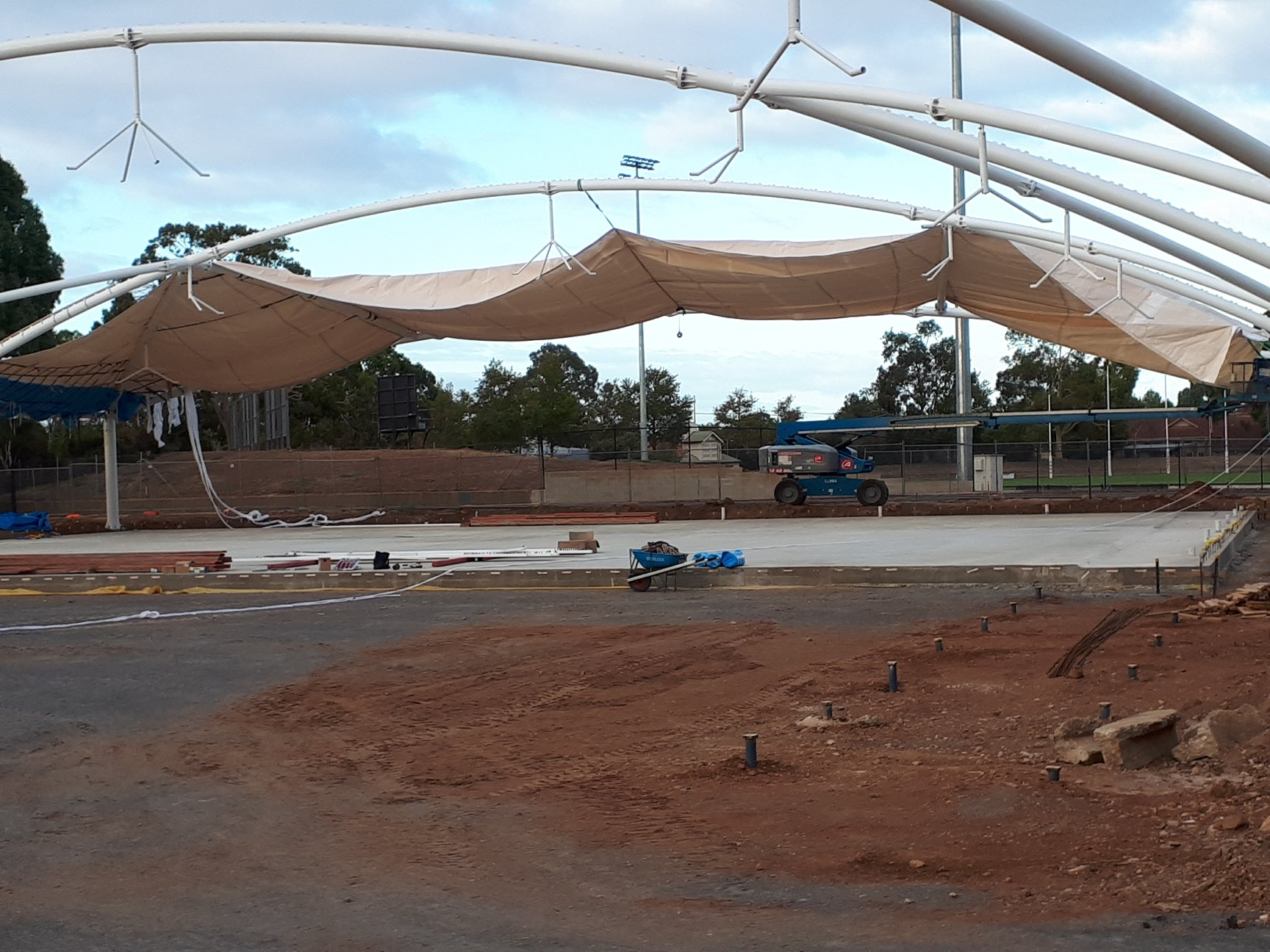 190214 Wind stops main fabric covering starts