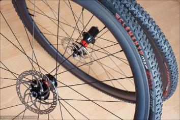 Clément MXP Schlauchreifen, Carbonfelgen und DT Swiss 240s Naben (vorn das Vorderrad mit Steckachsaufnahme und hinten das Hinterrad mit Schnellspannerachse)