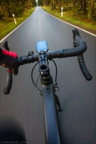 Radelnd entlang der Eisenstraße. Heute eine kleine Straße durch den Wald ohne Verkehrsbedeutung. In historischen Zeiten eine Handelsroute. Seit einigen Jahren (2?) mit wunderbar neuem und glattem Asphaltbelag gesegnet. Rennradlers Traum! :)