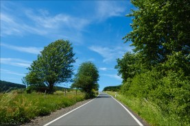 Straßen bis zum Himmel. Ruhig, schmal und mit bester Oberfläche. Dort über den Berg geht es zum Harfeld und weiter nach Bad Laasphe.