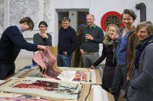 Atelieransicht, Ingo Fröhlich zeigt Mappen