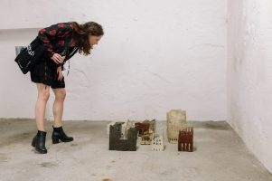 TRAPHOUSE III, Ausstellungsansicht, Keramikskulpturen