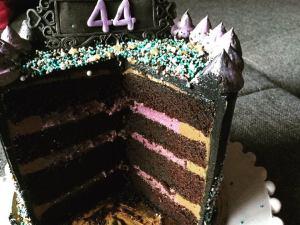 dupla-toltelekes-torta-felvagva-szeder-narancs-csoki-tortaiskola-1 (9)
