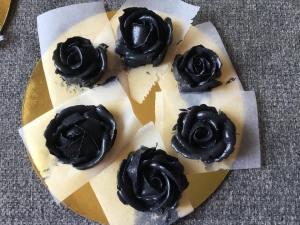 fekete_vajkrem-rozsak-tortaiksola-1 (4)