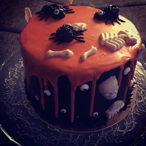 halloween-torta-karamell-habbal-parizsi-kremmel-konnyu-piskotaval-glazurshop-tortaiskola-1-2