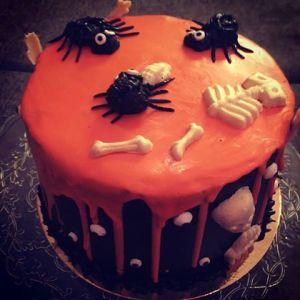 halloween-torta-karamell-habbal-parizsi-kremmel-konnyu-piskotaval-glazurshop-tortaiskola-1-5