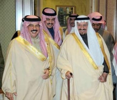 Bahrain's King Hamad bin Isa as they welcome the arrival of Saudi Arabia's King Abdullah, in Riyadh February 23, 2011.
