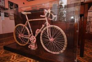 Casa Coppi Castellania - Bicicletta ralizzata nel 1896 con la carta della Gazzetta dello Sport