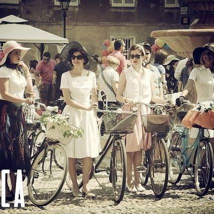 Tortona retrò bellezze in bicletta aspettano LaMitica