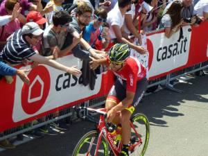 La sfilata dei ciclisti del giro d'Italia durante il foglio firma a Castellania
