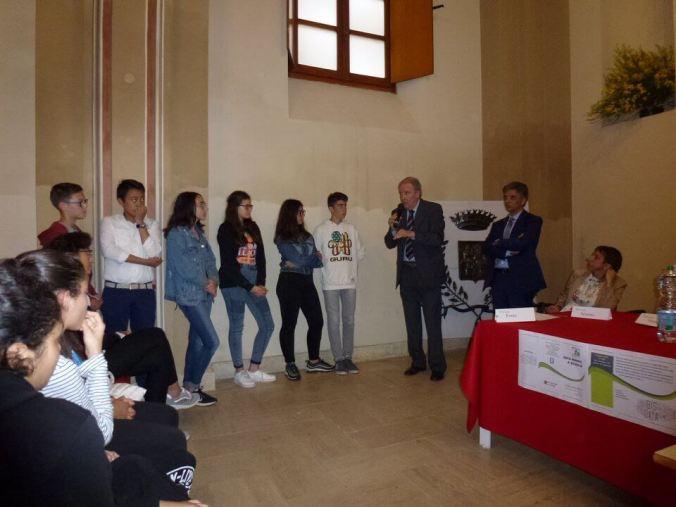 Il Sindaco Giuseppe Chiesa, i Ragazzi delle scuole di Viguzzolo e il ds Marzio Rivera